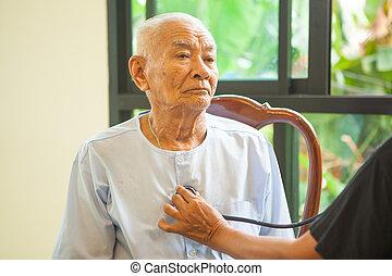 przyjacielski doktor, troszcząc, starszy człowiek, domowy