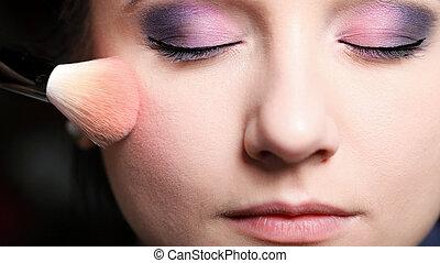 przykładając makeup, blusher, twarz, róż