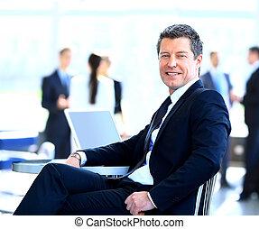 przypadkowy, biznesmen, pracujący, w, biuro, posiedzenie, na, desk.