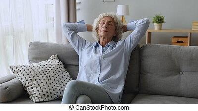przypatruje się zamknięty, spokój, kobieta, spoczynek, sofa, jasny, stary