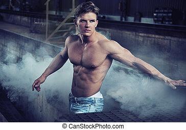 przystojny, bodybuilder, chodząc, dżinsy