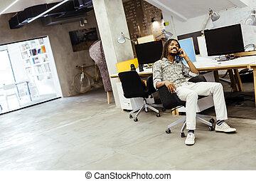 przystojny, czarny człowiek, używając, telefon, w, biuro