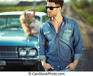 przystojny, facet, chodząc, modny, sunglasses