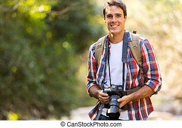 przystojny, młody mężczyzna, hiking, w, góra