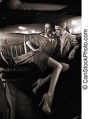 przystojny, para przygarniająca, w, niejaki, luksus, limuzyna