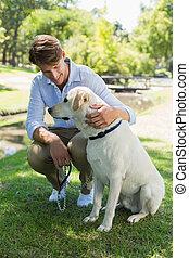 przystojny, park, jego, człowiek, labrador