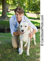 przystojny, park, jego, przedstawianie, uśmiechnięty człowiek, labrador