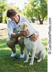 przystojny, park, jego, uśmiechnięty człowiek, labrador