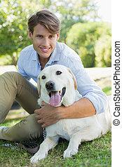 przystojny, park, jego, uśmiechnięty człowiek, labrador, posiedzenie