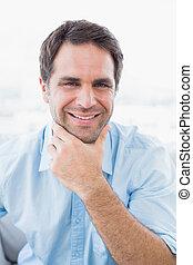 przystojny, patrząc, uśmiechanie się, człowiek aparatu fotograficzny