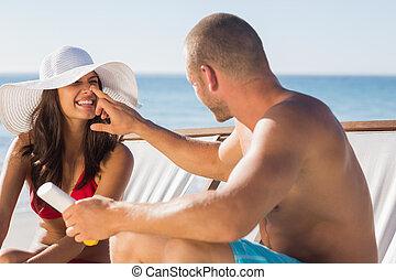 przystojny, słońce krem, jego, zwracający się, nos, człowiek, girlfriends
