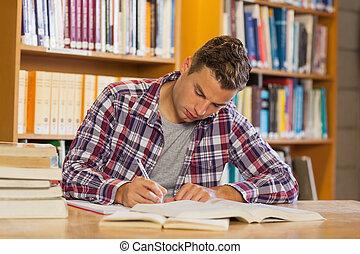 przystojny, skoncentrowany, student, badając, jego, książki