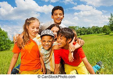 przytulając, dzieciaki, razem, zewnątrz, piątka, szczęśliwy