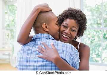 przytulając, para, ich, łóżko, szczęśliwy