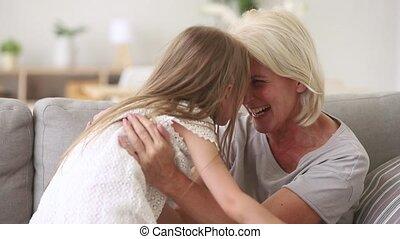 przytulając, stary, sofa, wnuczka, babcia, koźlę, interpretacja, szczęśliwy
