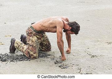 puños, soldado, shirtless, arrodillar, suelo