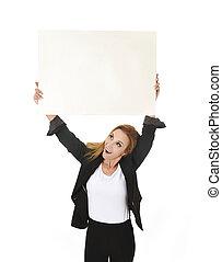 publicidad, retrato, atractivo, mujer de negocios, tenencia, blanco, cartelera, con, espacio de copia, sonreír feliz