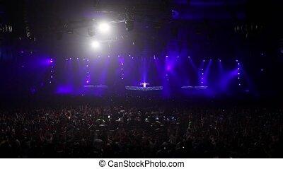 publiek, op, rave, feestje, in, groot, zaal, dj, sprong, op...