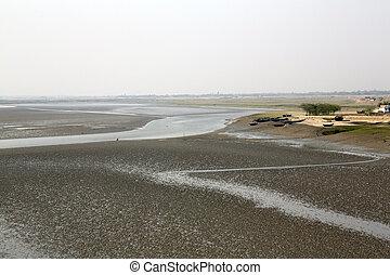 pueblo, barro, durante, agua, bajo, camas, río, marea, envase, india, matla