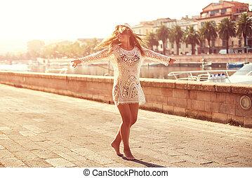 pueblo, lindo, mujer, camino, sombrero, el mirar joven, paisaje, girar, verano, pacífico, ocaso, vestido