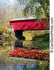 puente cubierto, en, otoño