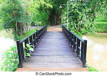 puente de madera, en el parque