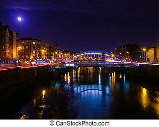 puente, en, dublín, por la noche