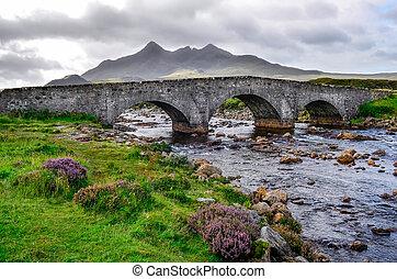puente, en, sligachan, con, cuillins, colinas, en, el, plano de fondo, escocia, reino unido