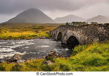 puente, en, sligachan, con, cuillins, colinas, en, el, plano de fondo, escocia