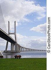 puente, gente, debajo