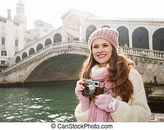 puente, mujer, turista, cámara, retro, frente, rialto