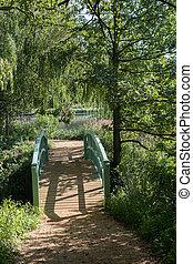 puente peatonal, a, campo inglés, lago, en, verano, jardines