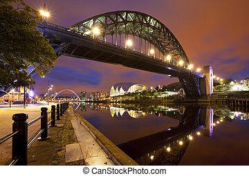 puentes, encima, el, río, tyne, en, newcastle, inglaterra, por la noche