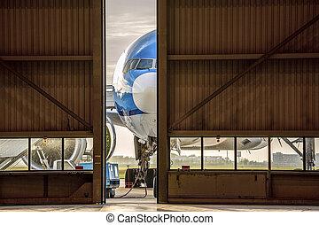 puerta, abierto, mitad, frente, hangar de avión