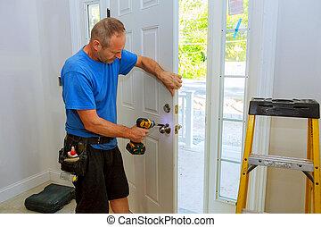 puerta, knob., installs, destornillador, mano, 's, hombre