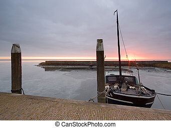 puerto, y, barco, en, un, frío, día, en, invierno