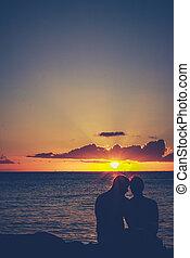 puesta del sol de los pares, retro, se abrazar