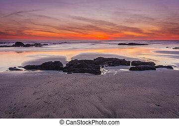puesta sol roja, en, playa