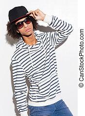 puits, contre, hello!, fond, jeune homme, beau, casquette, africaine, ajustement, debout, sien, quoique, blanc