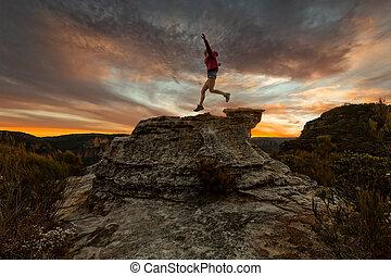 pular, ativo, pôr do sol, penhascos, montanha, mulher