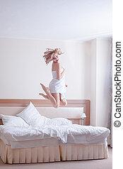pular, jovem, feliz, cama, mulher