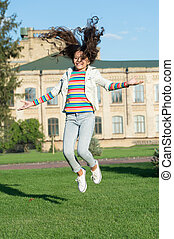pular, menina, seu, feriado, happiness., high., feliz, criança, adicionar, success., salto, criança, primavera, cabelo, sentido, finally., celebrando, pequeno, cacheados, infancia, movimento, vida, outdoor., freedom.