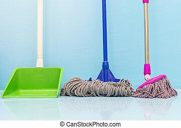 pulizia, pavimento, con, bagnato, mocio, e, paletta, in, stanza