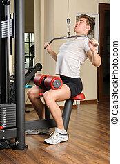 pull-down, lats, entrenamiento, joven, gimnasio, hombre