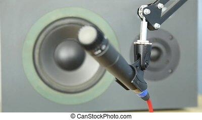 Pull focus from speaker to mic