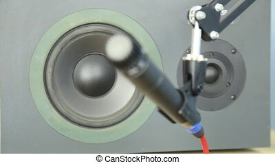 Pull focus from speaker to microphone