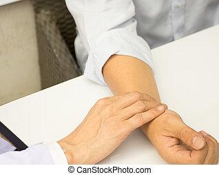 pulsation vérifie, mâle, patient, docteur