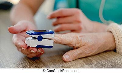 pulso, utilizar, mujer, oximeter, doctor