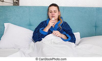pulvérisation, jeune, liquide, malade, nasale, femme, nez, utilisation