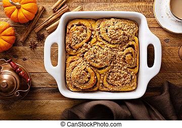Pumpkin cinnamon rolls with streusel topping - Pumpkin ...